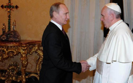 Putin shakes hand of Pope Francis